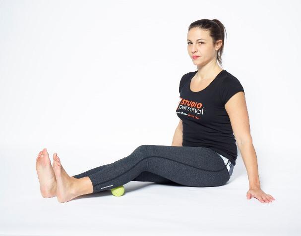 esercizi posturali con le palline per le ginocchia